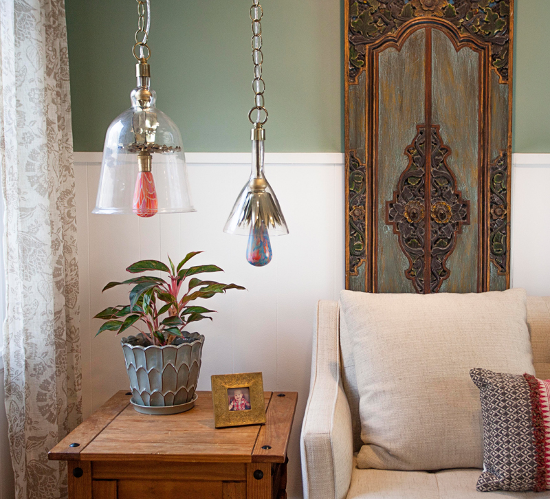 Living room with two printed light bulbs in pendants
